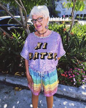 HubSpot-Lustiges Foto einer Dame im Hi-Hater-T-Shirt