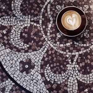 HubSpot-Kaffeetasse-auf-Mosaiktisch