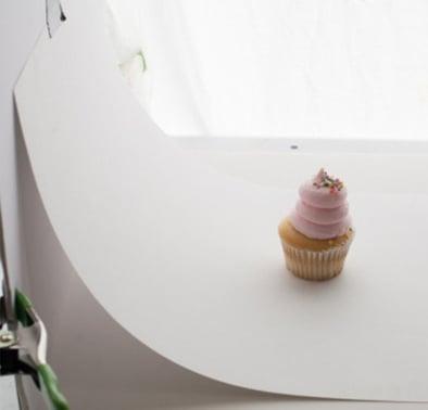 HubSpot: Weiße Hohlkehle hinter Cupcake Produktfoto