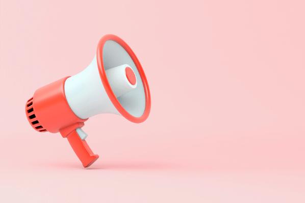 Megafon vor rosa Hintergrund