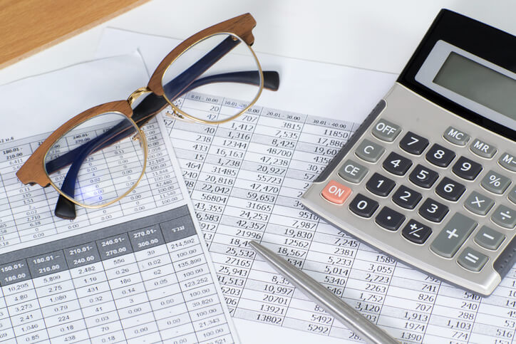 Unterlagen-für-die-Buchhaltung-liegen-unter-Brille-und-Taschenrechner