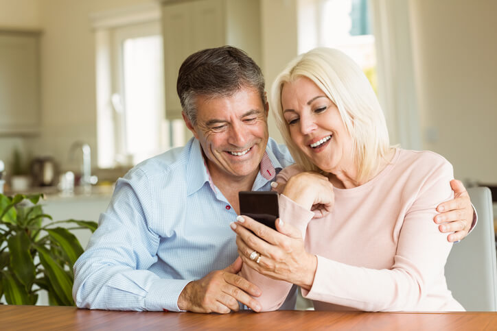Paar-aus-der-Boomer-Generation-schaut-gemeinsam-auf-Smartphone