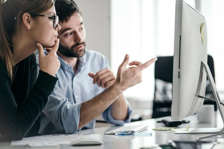 Frau-und-Mann-besprechen-Daten-der-Customer-Intelligence