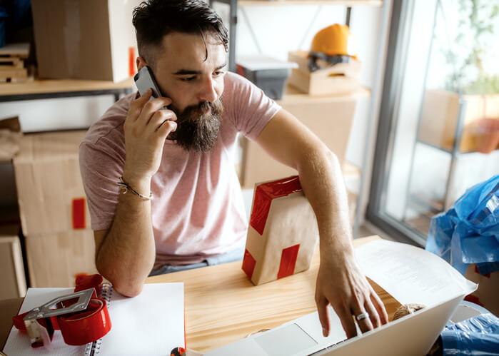 Mann-telefoniert-und-arbeitet-mit-E-Procurement