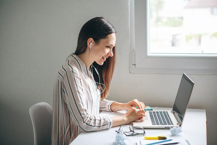 Frau arbeitet am Laptop an Ihrem Blog