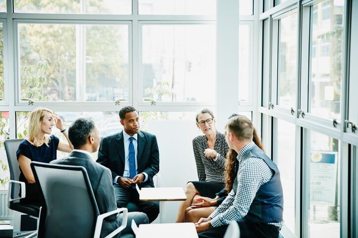 Frau-hält-Meeting-mit-Kundenbeirat-ab