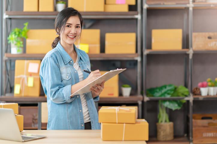 Frau-bereitet-Dropshipping-für-Online-Shop-vor