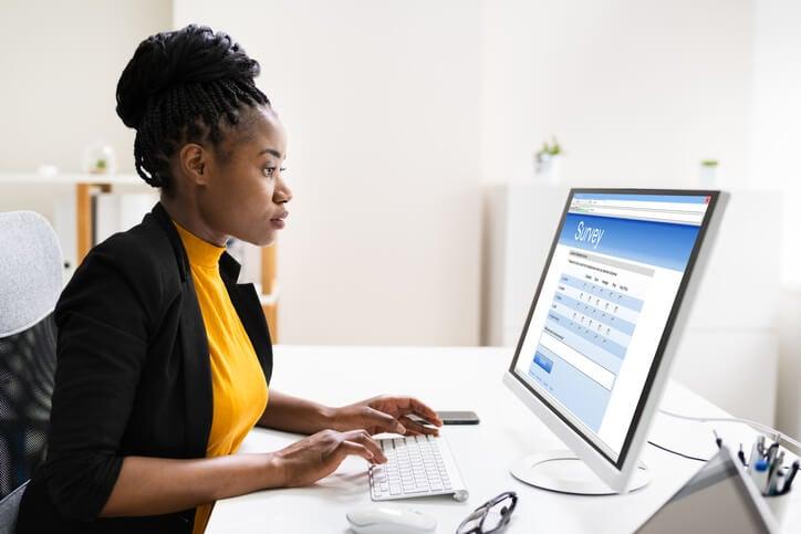 Frau-am-Computer-erstellt-eine-Umfrage