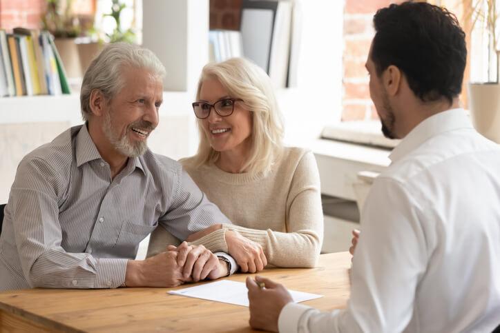Zufriedene Kunden im Gespräch mit Service-Mitarbeiter