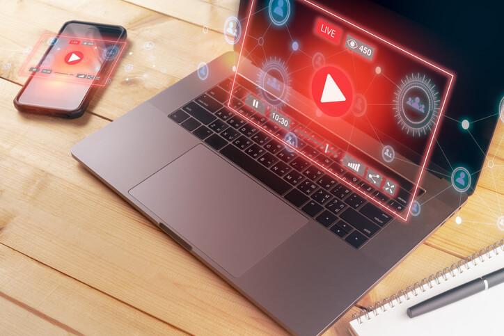 Video-Stream-wird-auf-Laptop-und-Smartphone-angezeigt