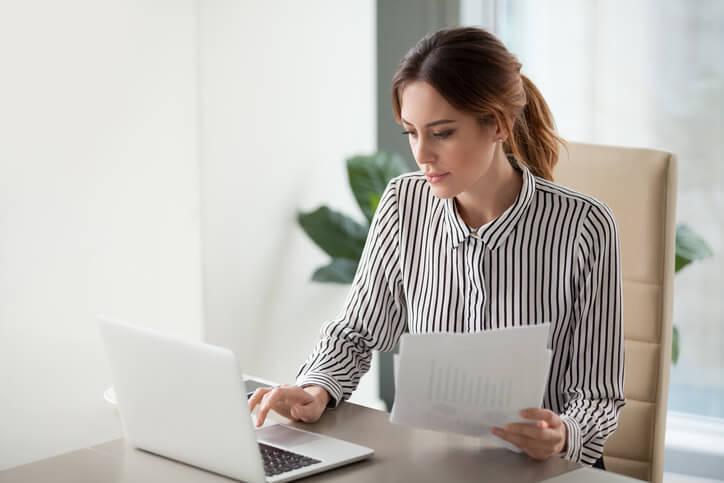Frau-arbeitet-am-Laptop-mit-Buchhaltungssoftware