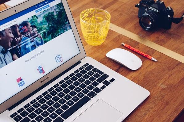 computer-zeigt-facebook-ads