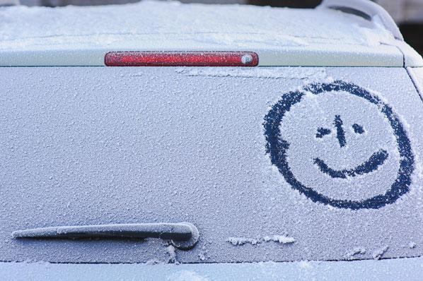 Guerilla marketing kampagne: Auto im schnee beschriftet